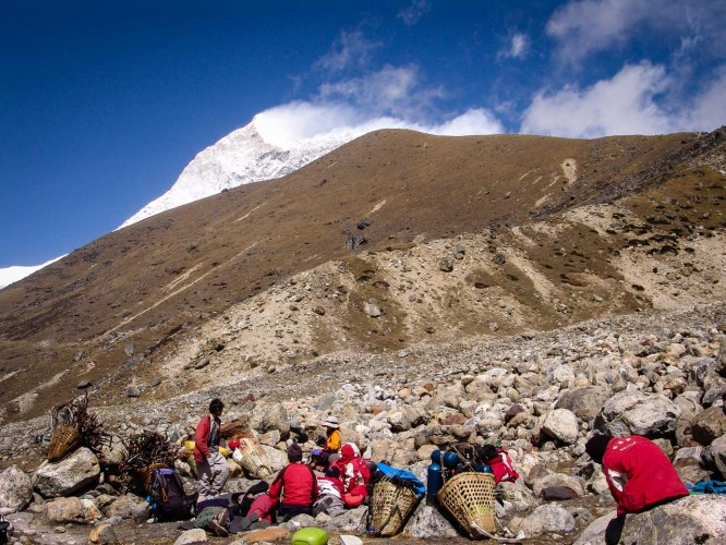Click to view full size image  ==============  Makalu - 3 Cols Trek 2009